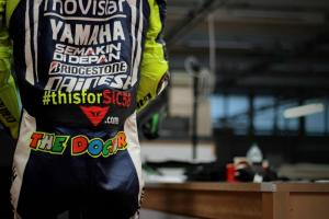 PIC: Rossi leathers pay tribute to Marco Simoncelli