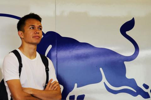 Albon pays half-tribute to Rossi with F1 number