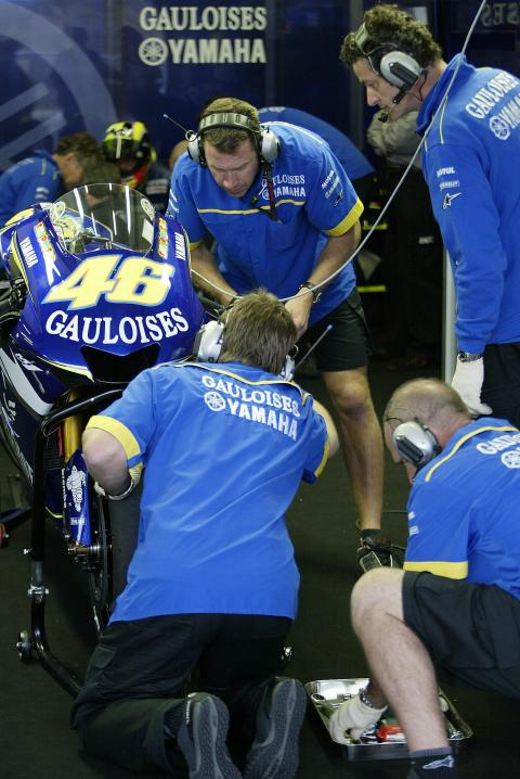 Tour the Gauloises Yamaha pits - virtually!