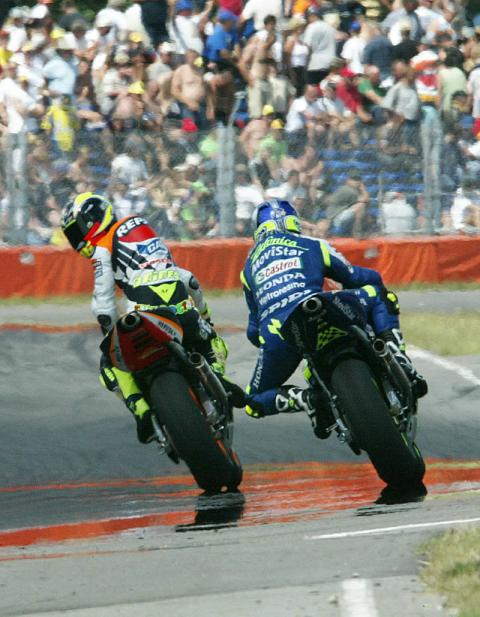 Gibernau defeats Rossi in photo finish.