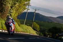 Hickman dominates Superstock at Isle of Man TT