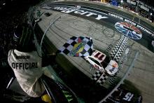 Denny Hamlin outduels Matt DiBenedetto for Bristol night race victory