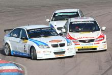 Rob Collard (GBR) - WSR BMW 320si E90 and Matt Neal (GBR) - Honda Racing, Honda Civic collide