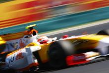 Renault keeps F1 guessing over future