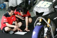 Yamaha technicians with new 2006 Yamaha YZR-M1, Sepang MotoGP Test 28 - 30 November 2005