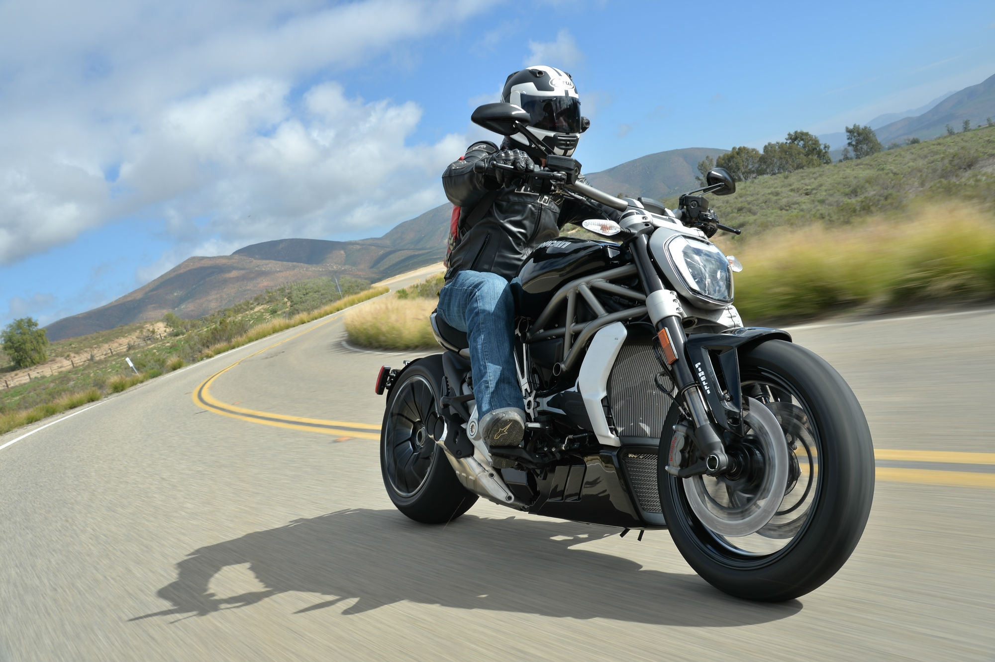 Ducati Diavel vs Triumph Rocket III - head to head