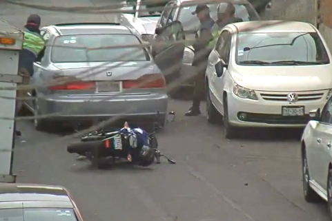 Video: Alloy wheel thieves run over two police motorcycles