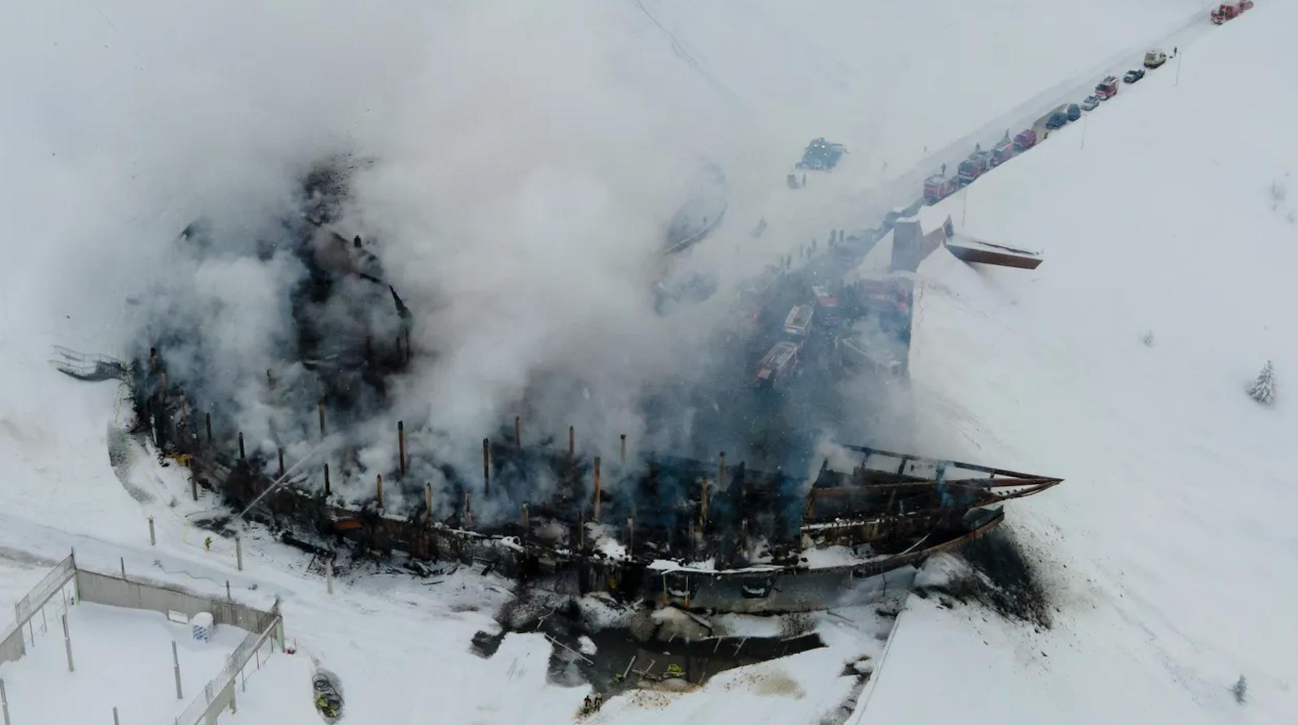 Обновление: пожар на перекрестке горы на вершине горы — на видеозаписи видны разрушенные мотоциклы