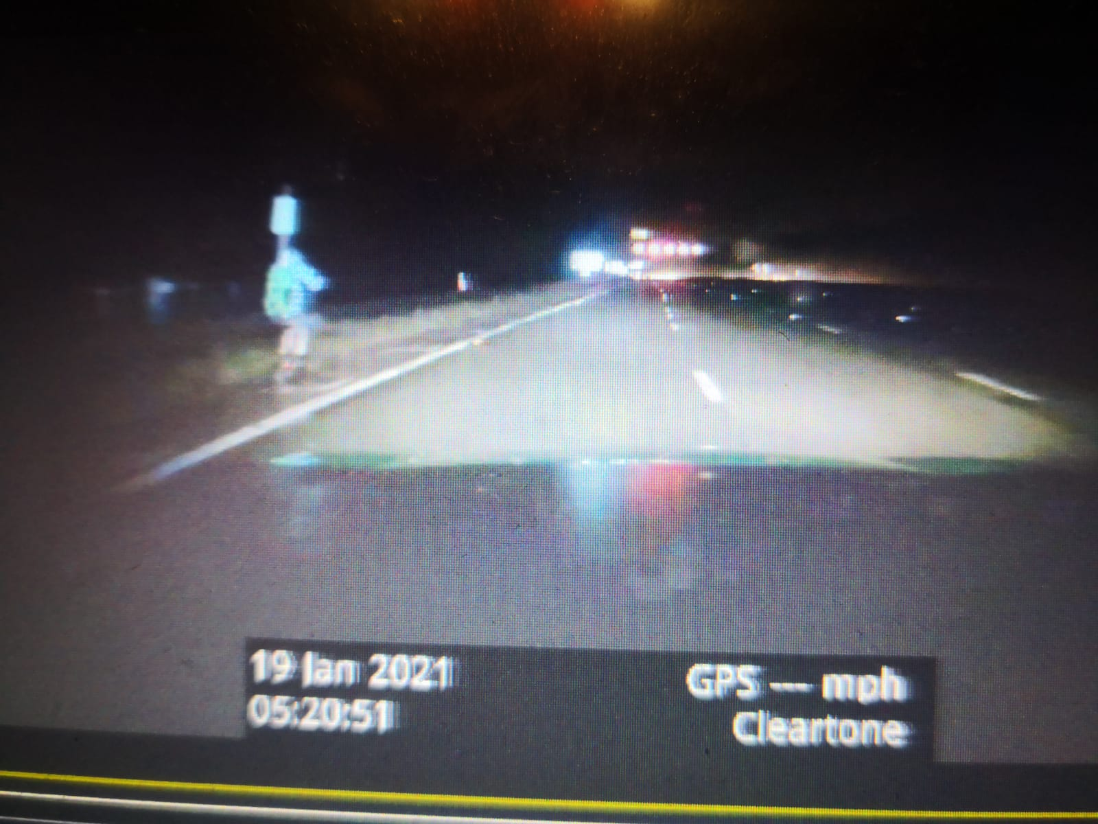 Сумасшедший на электросамокате задержан полицией за то, что ехал ночью по автомагистрали М1