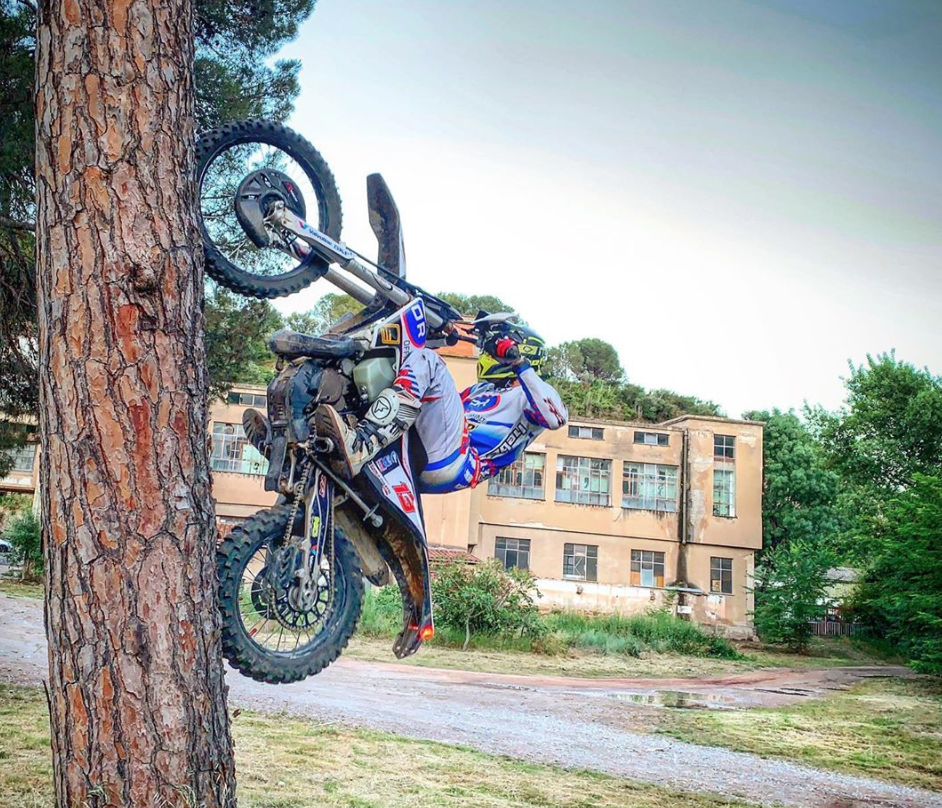 Pol Tarrés riding up a tree