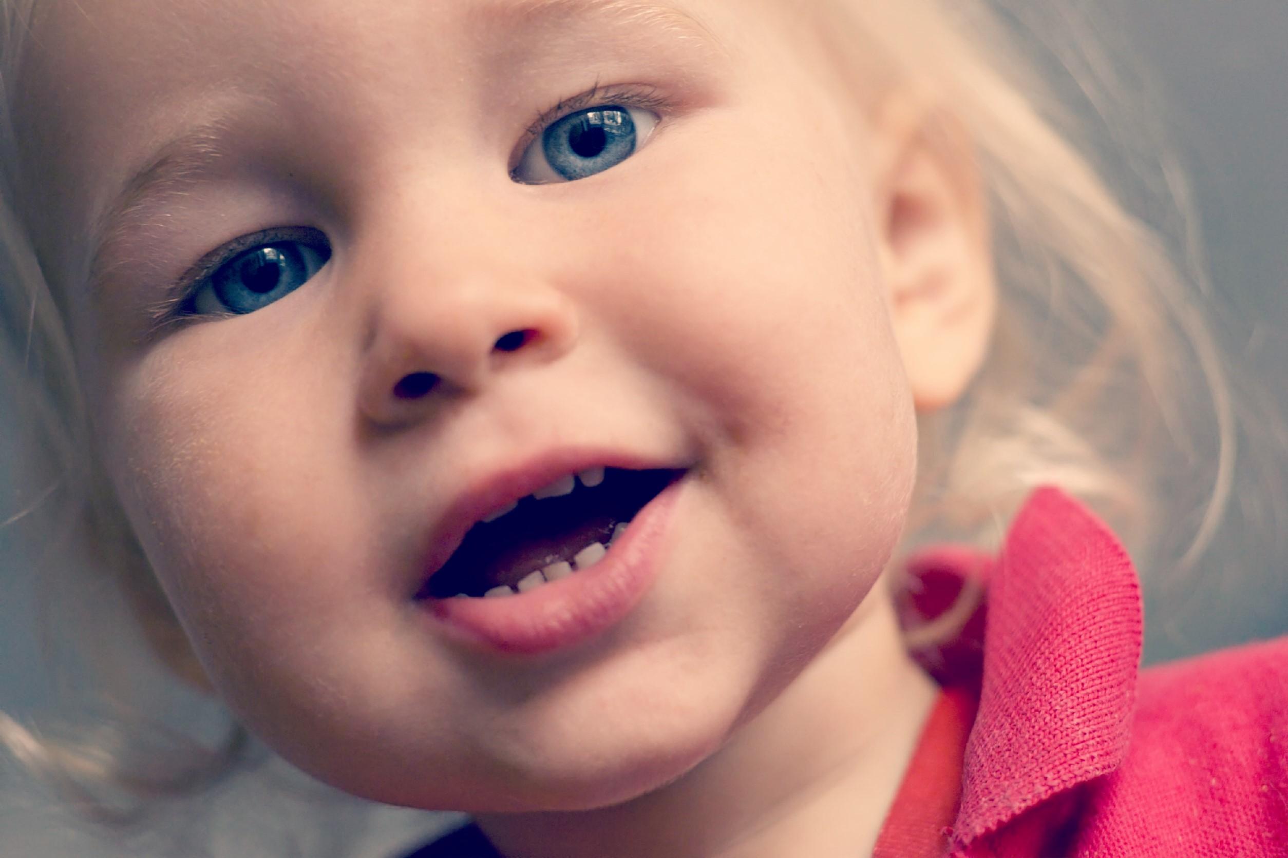 7e8bb2b43 Cuando una niña de 14 meses te explica lo que sienten los bebés con la  sociedad que hemos montado.