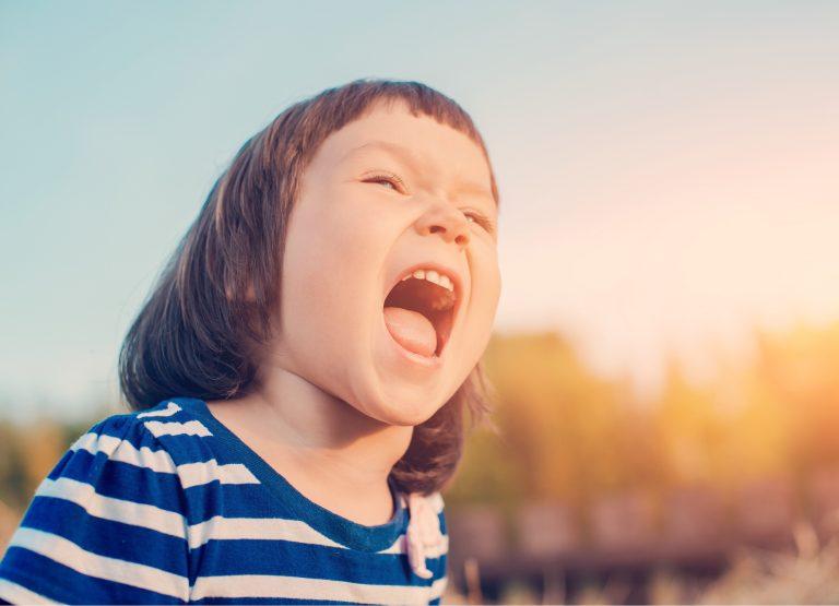 ¿Es bueno decirle a los niños que nunca hablen con extraños?