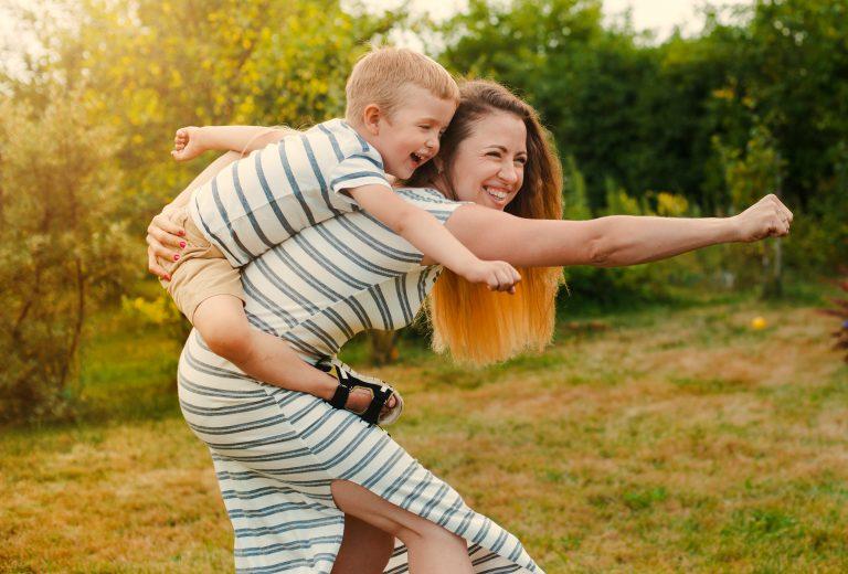 Madre e hijo se divierten jugando