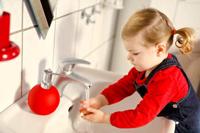 Niña se lava las manos sola