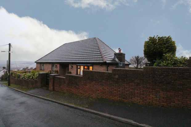 3 Bedrooms Detached Bungalow for sale in High Street, Ebbw Vale, Gwent, NP23 6BU