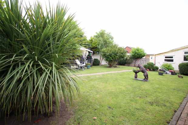 5 Bedrooms Detached Bungalow for sale in Rhyl Road, Rhyl, Clwyd, LL18 2TS