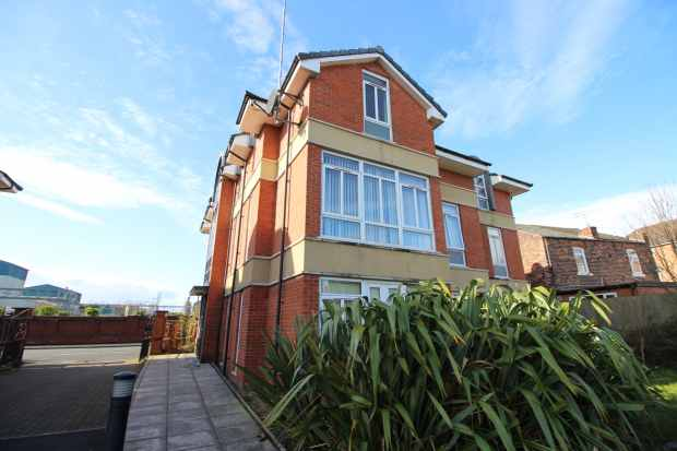 2 Bedrooms Flat for sale in Richmond Court, Widnes, Cheshire, WA8 3HA