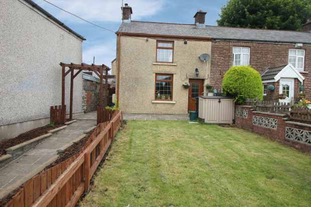 2 Bedrooms Cottage House for sale in Beaufort Hill, Ebbw Vale, Gwent, NP23 5QW
