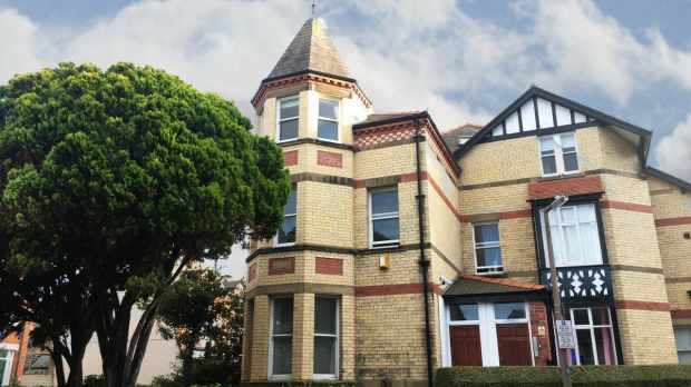 2 Bedrooms Flat for sale in Station Road, Colwyn Bay, Clwyd, LL29 9PW