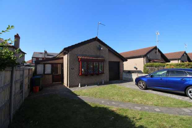 2 Bedrooms Detached Bungalow for sale in Seabank Drive, Prestatyn, Clwyd, LL19 7PS