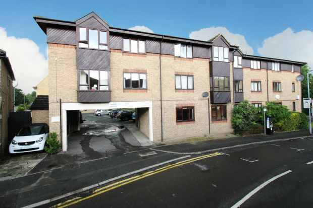 1 Bedroom Ground Flat for sale in Verity House, Romford, Greater London, RM7 9AE
