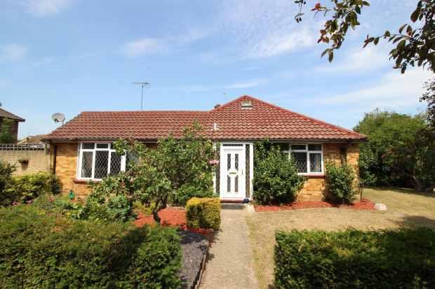 3 Bedrooms Semi Detached Bungalow for sale in West Heath Road, Farnborough, Hampshire, GU14 8QR