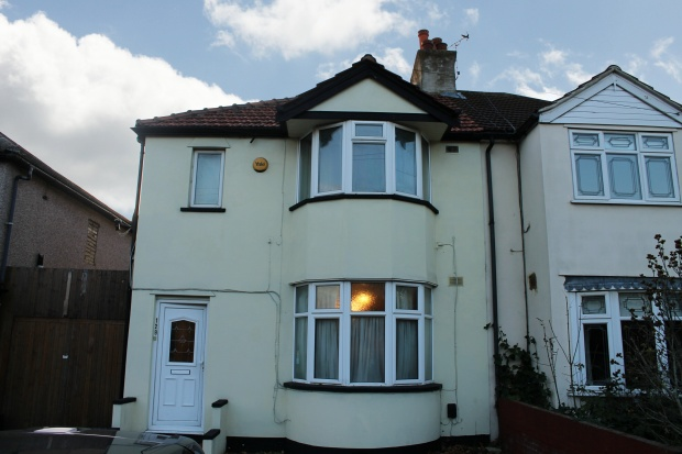 3 Bedrooms Semi Detached House for sale in Straight Road, Romford, Greater London, RM3 7JD
