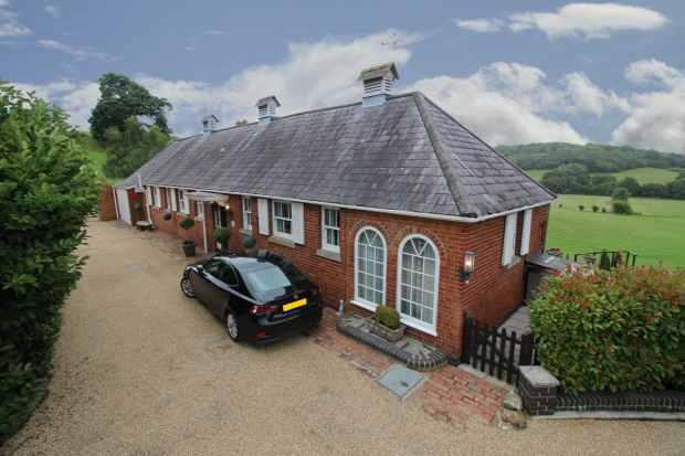 2 Bedrooms Detached Bungalow for sale in Bayham Abbey, Tunbridge Wells, Kent, TN3 8BG