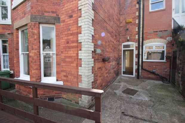 2 Bedrooms Flat for sale in Grosvenor Road, Scarborough, North Yorkshire, YO11 2LZ