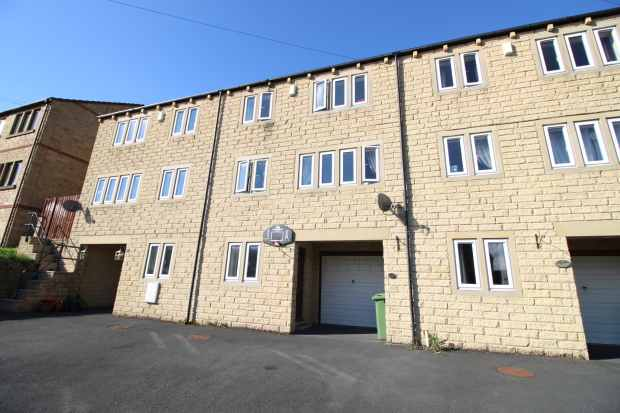 3 Bedrooms Town House for sale in Longwood Gate, Huddersfield, West Yorkshire, HD3 4UP