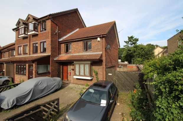 3 Bedrooms Terraced House for sale in Columbine Avenue, Beckton, Greater London, E6 5UA