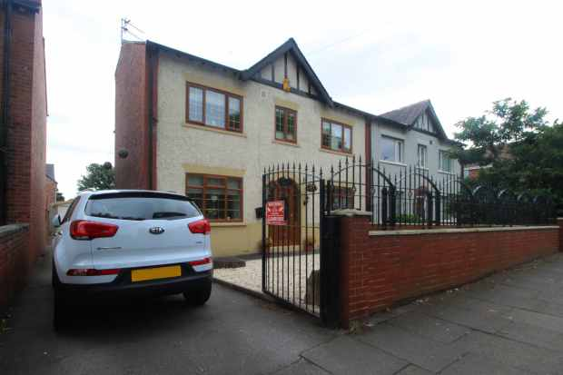4 Bedrooms Semi Detached House for sale in Dewsbury Road, Wakefield, West Yorkshire, WF2 9DD