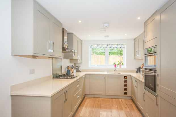 5 Bedrooms Detached House for sale in Four Oaks, Oxted, Surrey, RH8 0EZ