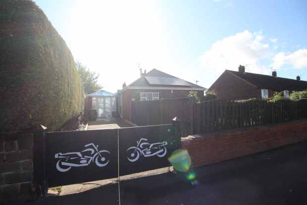 2 Bedrooms Detached Bungalow for sale in Greengate Lane, Sheffield, South Yorkshire, S35 3GT