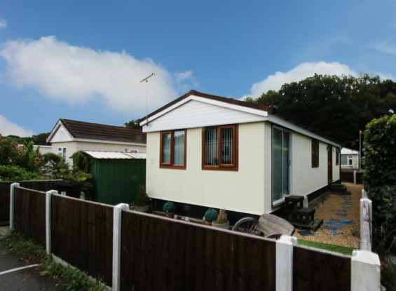 2 Bedrooms Park Home Mobile Home for sale in Warren Farm Home Park, Woking, Surrey, GU22 8XF