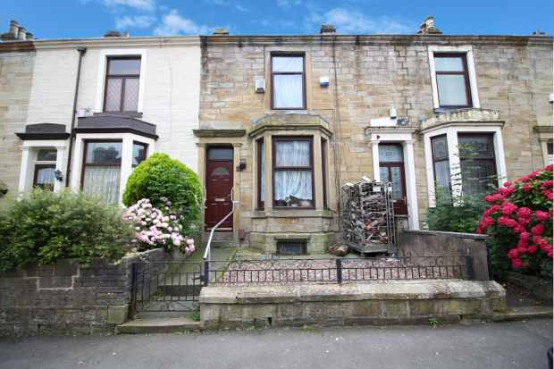 4 Bedrooms Terraced House for sale in Carlton Road, Burnley, Lancashire, BB11 4JE