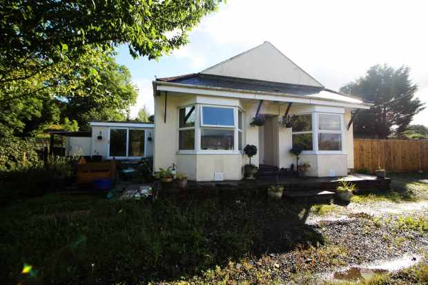 3 Bedrooms Detached Bungalow for sale in Amman Road, Ammanford, Dyfed, SA18 1SW