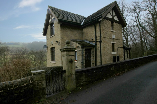 3 Bedrooms Lodge Character Property for sale in Staups Lane, Halifax, West Riding, HX3 7AB