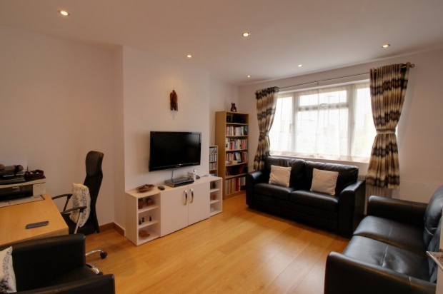 2 Bedrooms Maisonette Flat for sale in Cairn Way, Stanmore, Middlesex, HA7 3RF