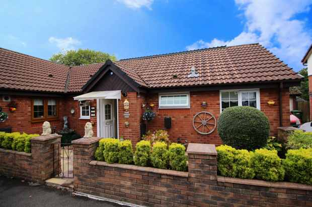 4 Bedrooms Bungalow for sale in Llwyn Onn, Pontyclun, Mid Glamorgan, CF72 9ET