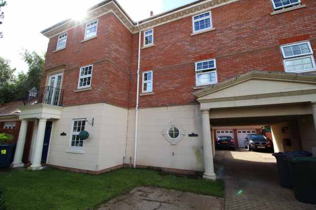 3 Bedrooms Terraced House for sale in Woodvale Court, Southport, Lancashire, PR9 8FT