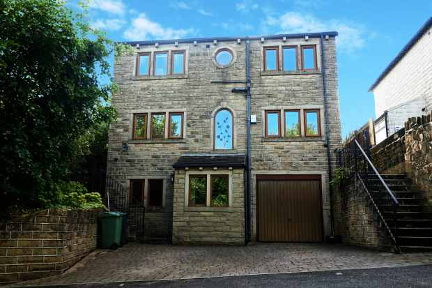 5 Bedrooms Detached House for sale in Linfit Lane, Huddersfield, West Yorkshire, HD7 5LQ