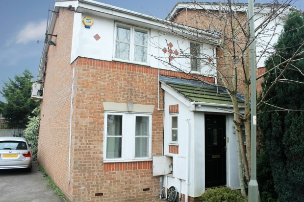 3 Bedrooms Property for sale in Aylesham Close, London, Greater London, NW7 2SF
