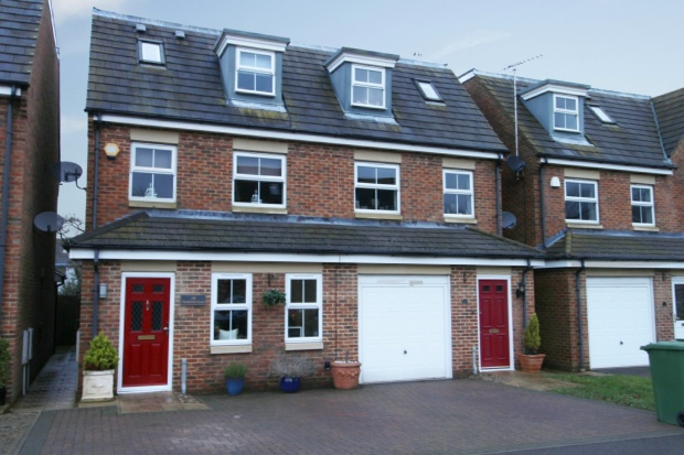 3 Bedrooms Semi Detached House for sale in Stratford Close, Aylesbury, Buckinghamshire, HP22 5FF