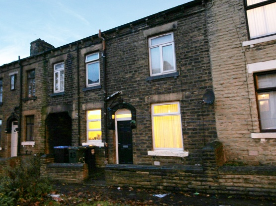 2 Bedrooms Terraced House for sale in Lapage Street, Bradford, West Yorkshire, BD3 8EJ