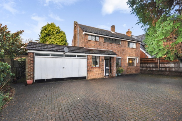 3 Bedrooms Detached House for sale in Queens Road, Weybridge, Surrey, KT13 0AH