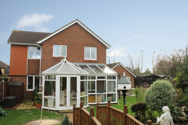 3 Bedrooms Detached House for sale in Sonning Way, Southend-On-Sea, Essex, SS3 8YQ