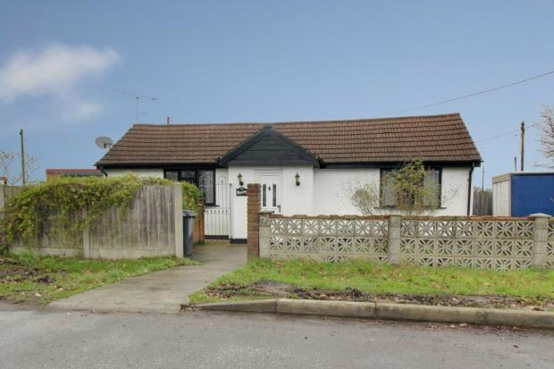 2 Bedrooms Detached Bungalow for sale in Meadow Way, Wickford, Essex, SS12 9HA