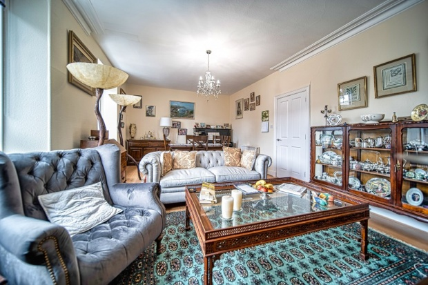 Main Photo of a 4 bedroom  Flat for sale