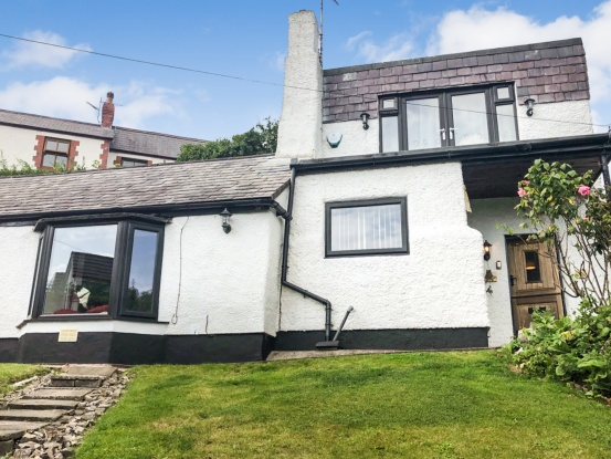 Main Photo of a 4 bedroom  Cottage for sale